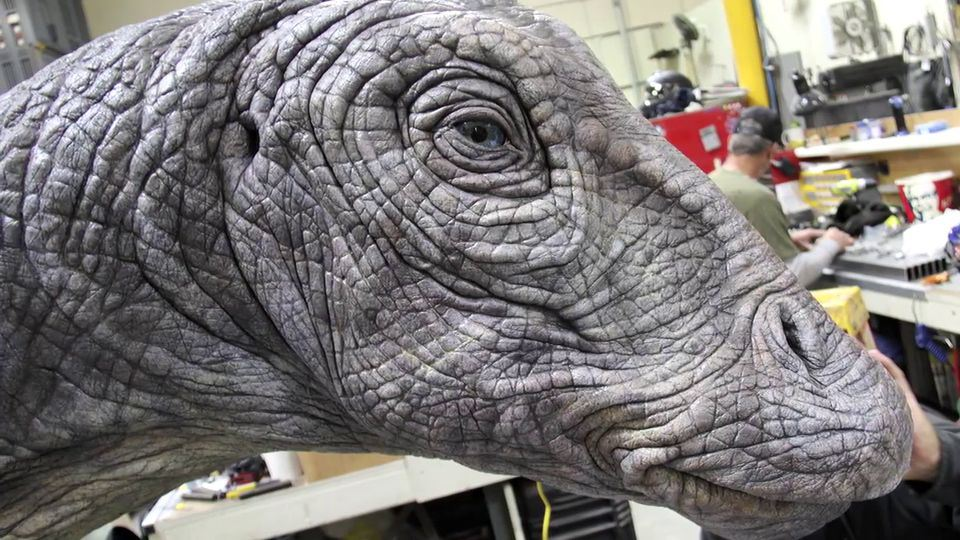 Making-of-Jurassic-World-Apatosaurus-5
